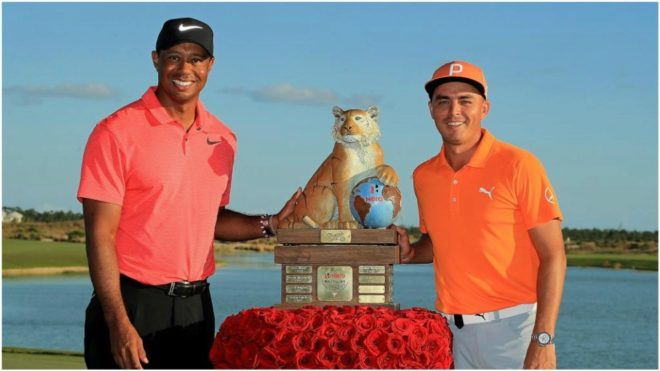 Tiger Woods (41) y el ganador Rickie Fowler (28), con el trofeo del...