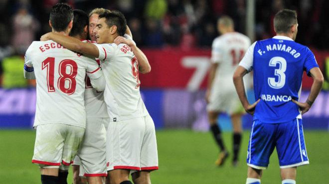 Varios jugadores del Sevilla celebran uno de los goles al Deportivo.