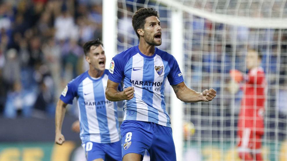 Adrián celebra un gol en La Rosaleda