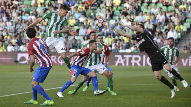 Jonas Martin remata de cabeza en el último Betis-Atlético.