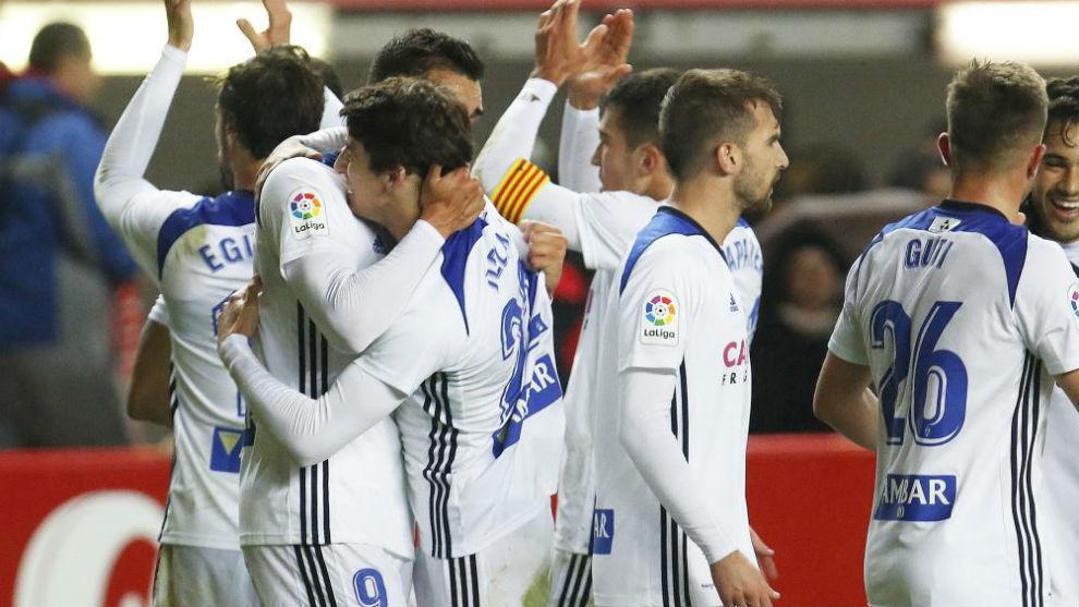 Delmás es abrazado por Borja tras el partido.