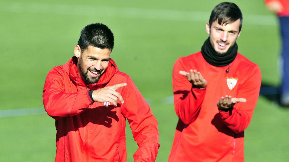 Nolito y Pablo Sarabia bromean en el entrenamiento de este lunes.