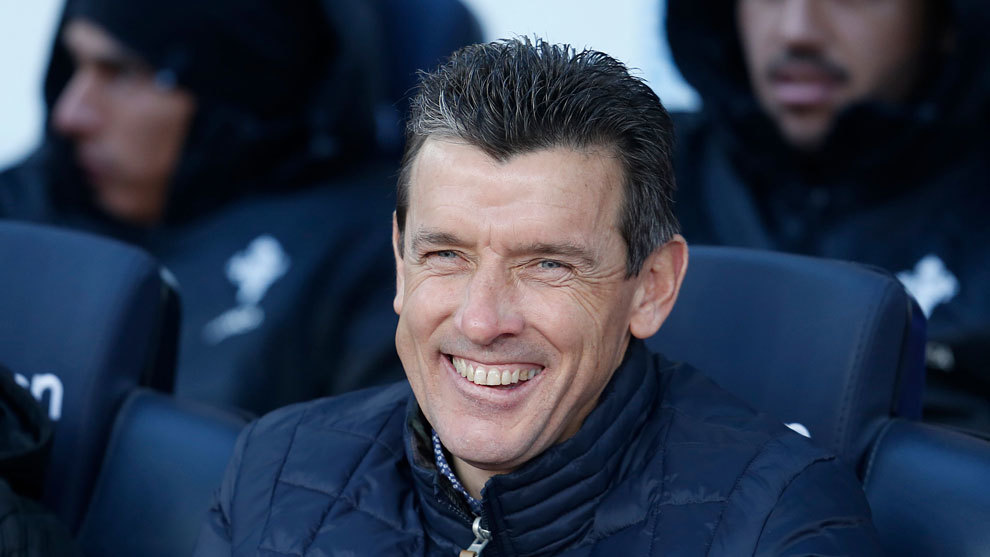 Unzué sonríe en el banquillo del Camp Nou