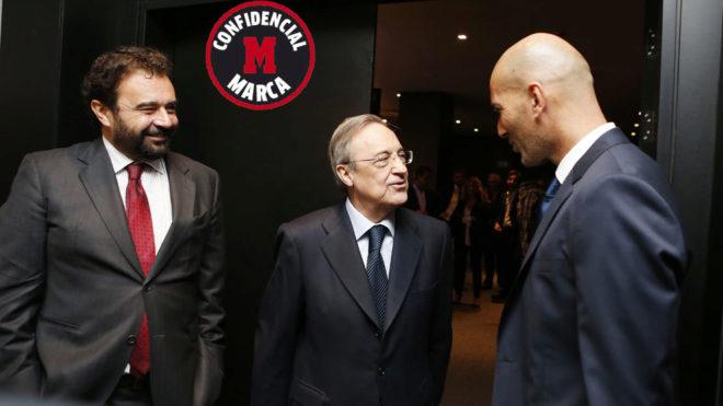 José Ángel Sánchez y Florentino hablan con Zidane en una imagen de...