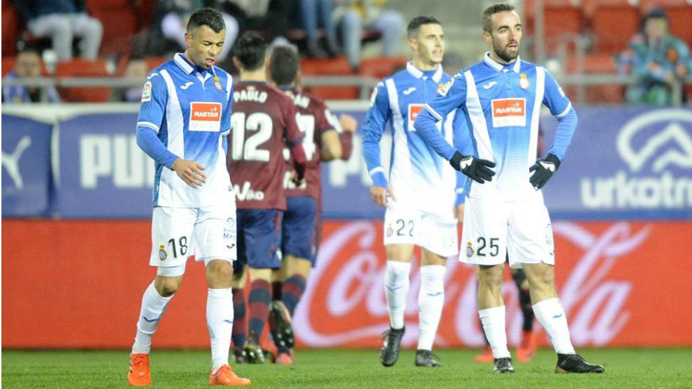 Los futbolistas del Espanyol lamentan un gol del Eibar