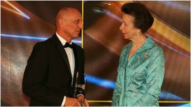 Eddie Van Hoof recibe el galardón de 'UK Coach of the Year'  de manos...