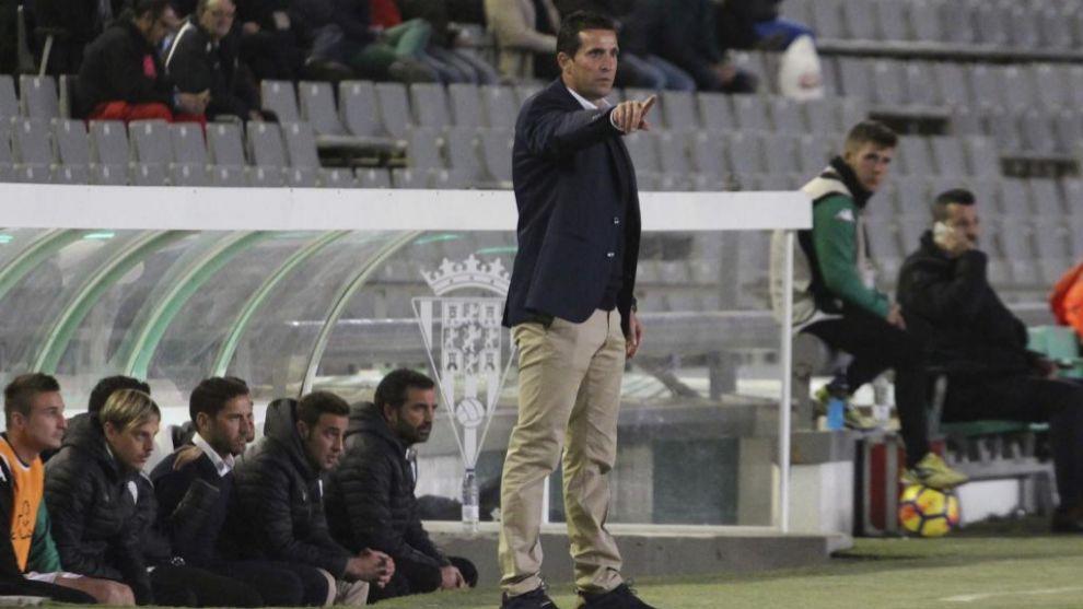 Juan Merino (47), da instrucciones durante un encuentro del Córdoba...