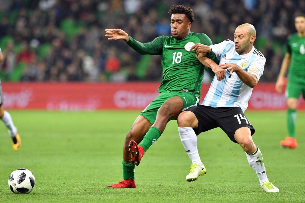 Mascherano pugna por un balón en el último Argentina-Nigeria.