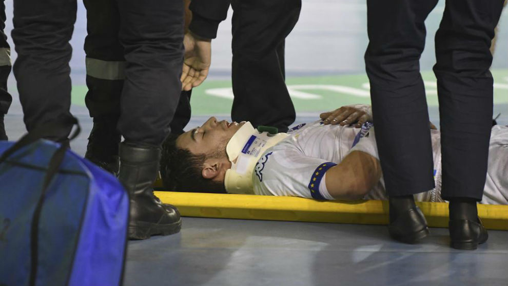 Jaime Fernández abandonando la pista con collarín.