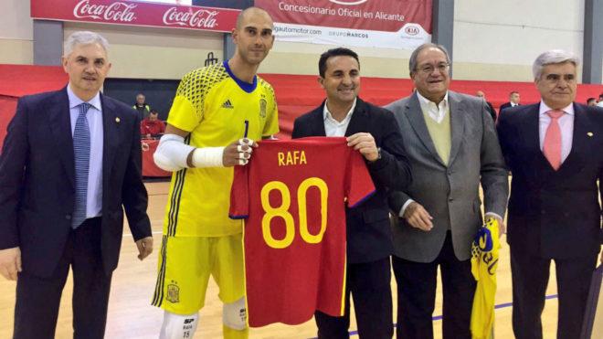 Rafa recibe la camiseta homenaje por sus 80 partidos con la...