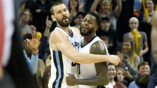 Marc Gasol y JaMychal Green celebran la victoria de los Grizzlies