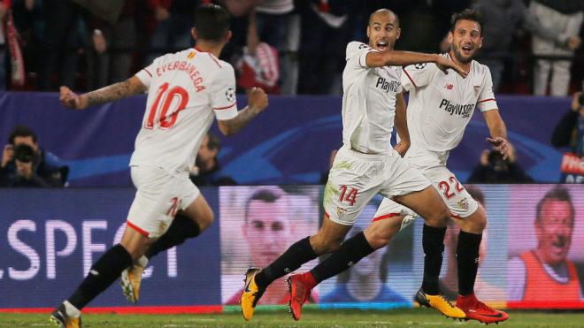Banega, Vázquez y Pizarro celebran el gol de éste al Liverpool.