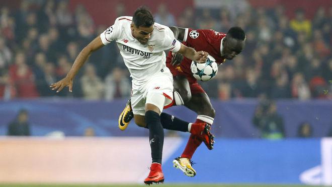 Mercado lucha por un balón con Mane en el Sevilla-Liverpool.