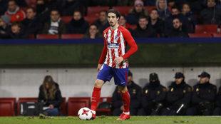 Versaljko con el balón durante el partido de Copa contra el Elche.