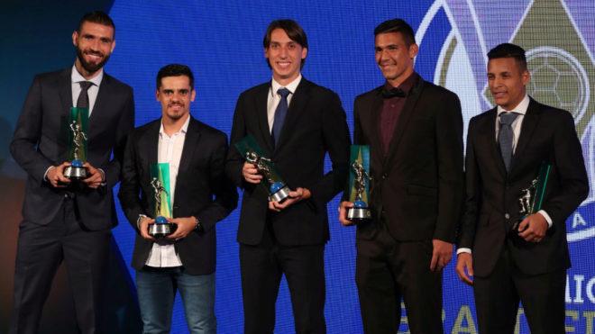 Arana, a la derecha, con el trofeo a mejor lateral izquierdo.