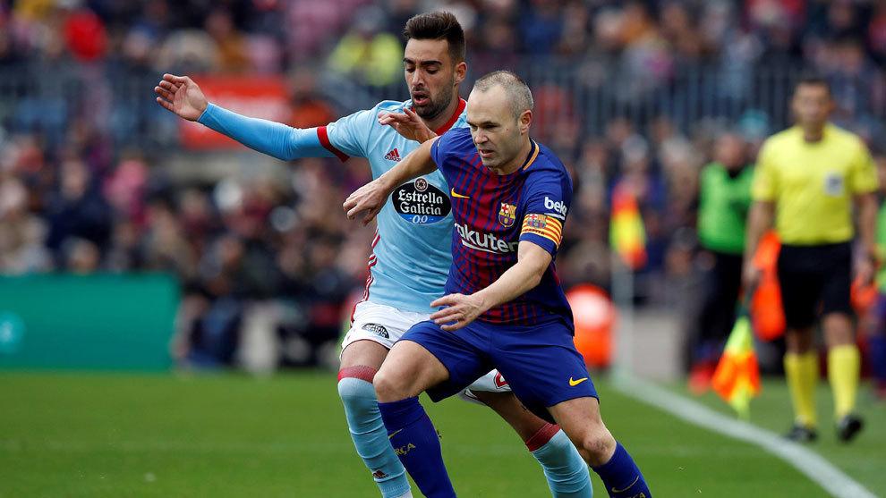 Brais Méndez disputa el balón con Andrés Iniesta