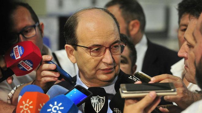 José Castro atiende a los medios.