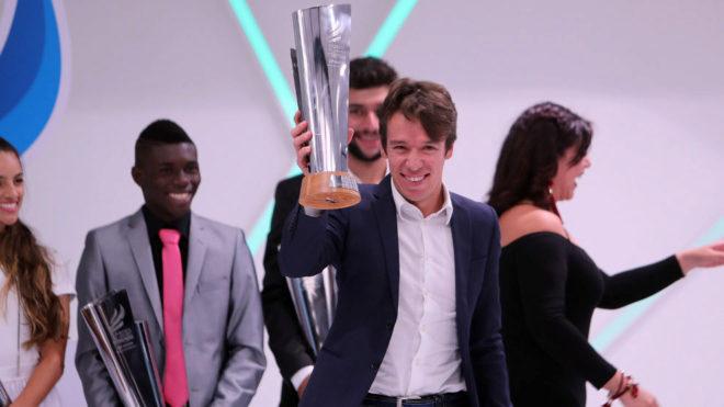 Urán levanta el trofeo que le acredita como el Mejor Deportista de...