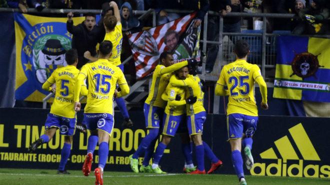 Los jugadores del Cádiz celebran un gol.