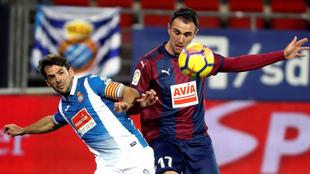 Víctor Sánchez disputa el balón con Kike García en el partido...