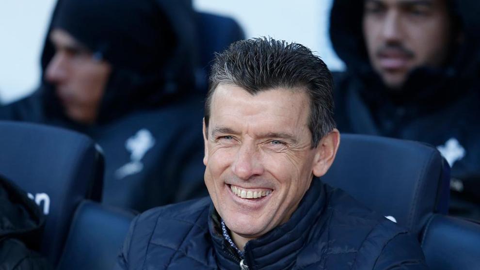 Juan Carlos Unzué sonríe durante el partido entre el Barcelona y el...