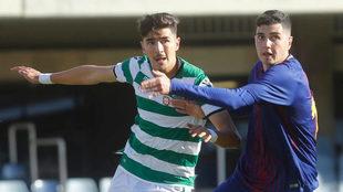 Rafa Mújica pugna con un rival durante el partido contra el Sporting...