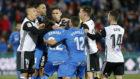 Los jugadores de Valencia y Getafe se enzarzan en una discusión...