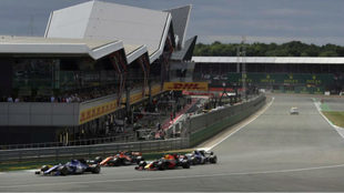 Ricciardo adelanta a Alonso y los Sauber en Silverstone.