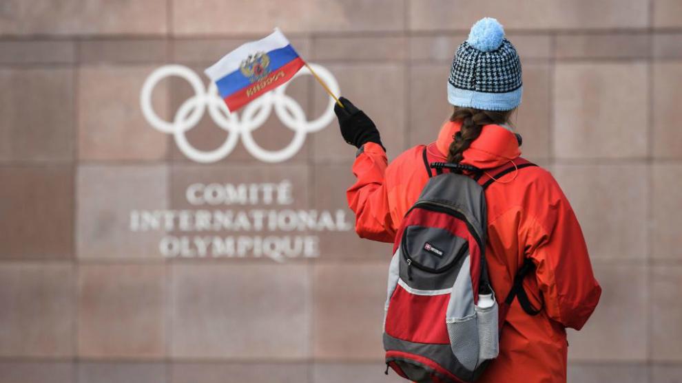 Una visitante rusa ondea una bandera ante la puerta de la sede del...