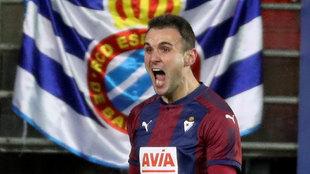 Kike celebra un gol con Eibar.