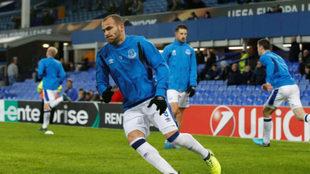 Sandro calentando en un partido de Europa League.