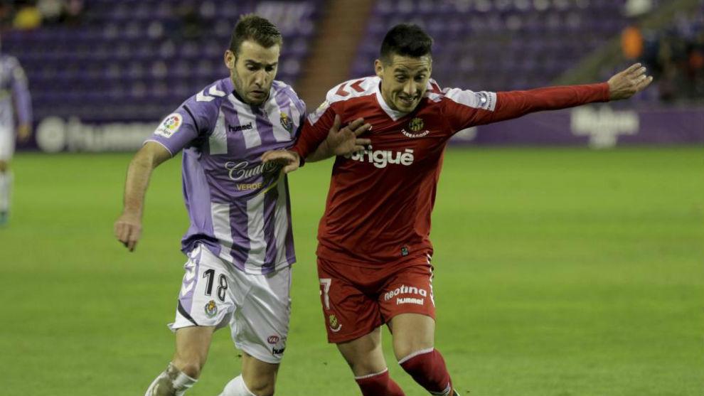 Delgado pugna con Antoñito durante el partido en Zorrilla.