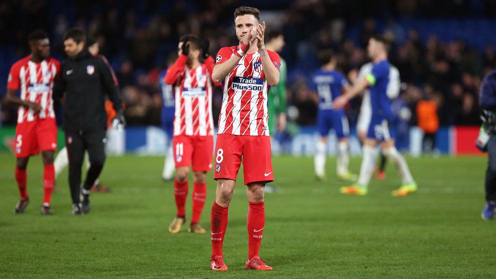 Saúl saluda los seguidores del Atlético desde el césped.