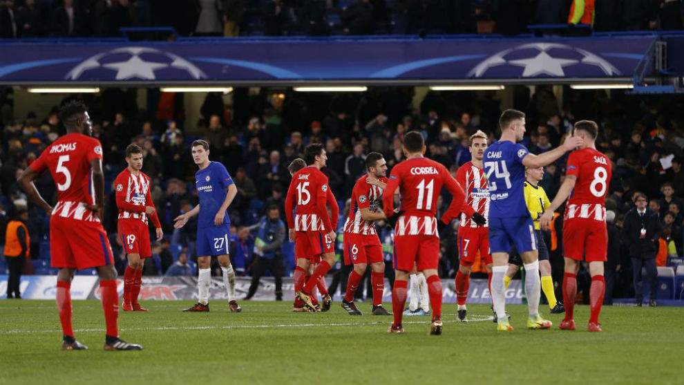 Los jugadores del Atlético se saludan con los del Chelsea