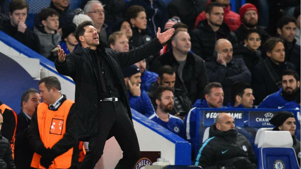 Simeone se lamenta por un lance del partido en Stamford Bridge
