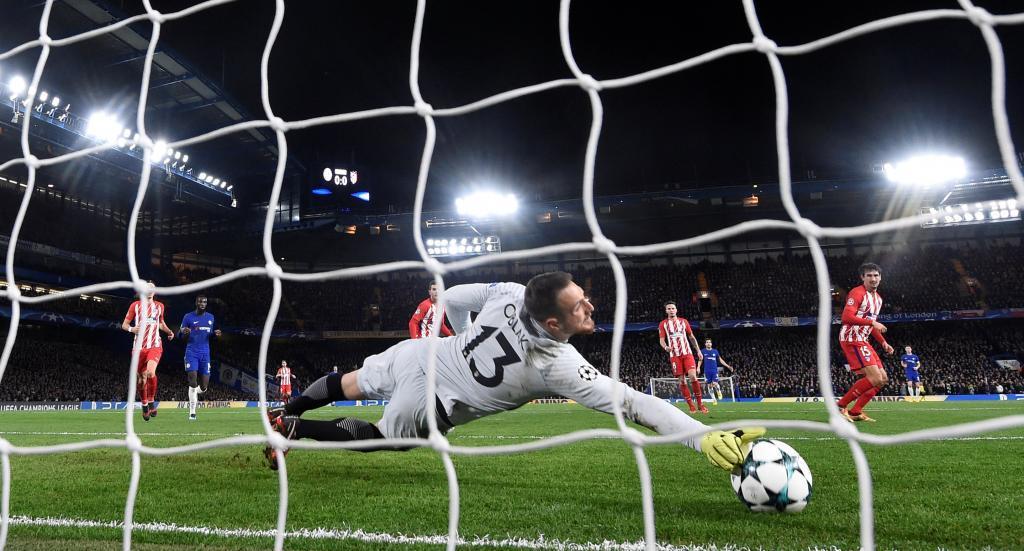 Jan Oblak evita un gol del Chelsea