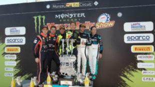 Valentino Rossi, en el centro, celebra su triunfo.