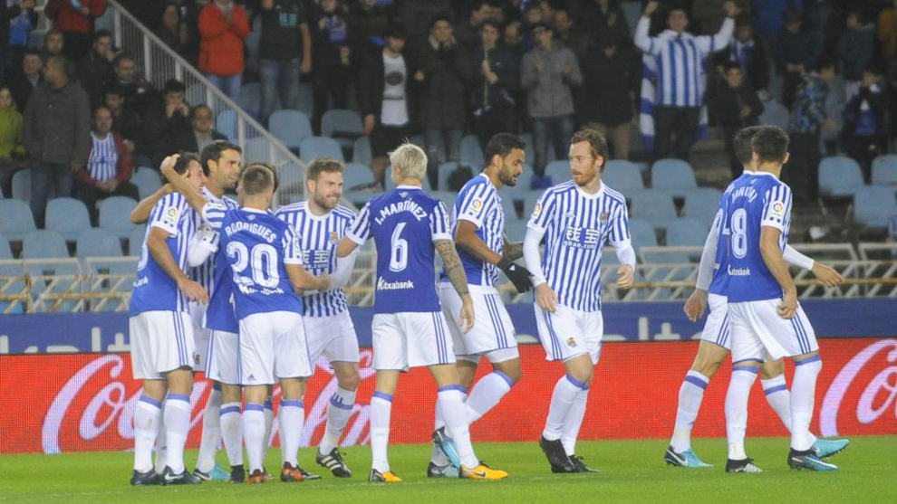 Los jugadores de la Real Sociedad festejan un gol ante el Eibar