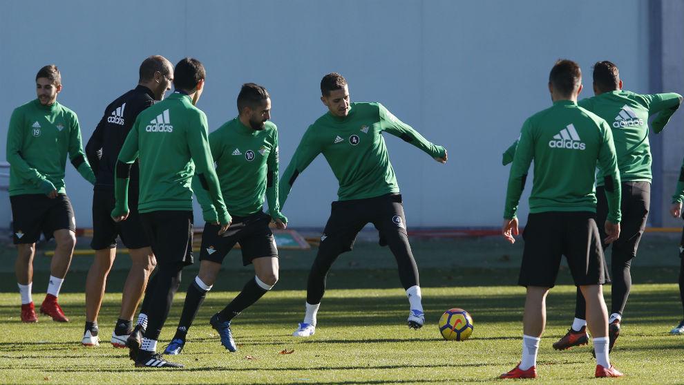 Feddal, en el centro, hace un ejercicio junto a varios compañeros.