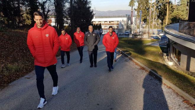 Sergio Rico, Escudero, Sarabia y David Soria, durante el paseo.