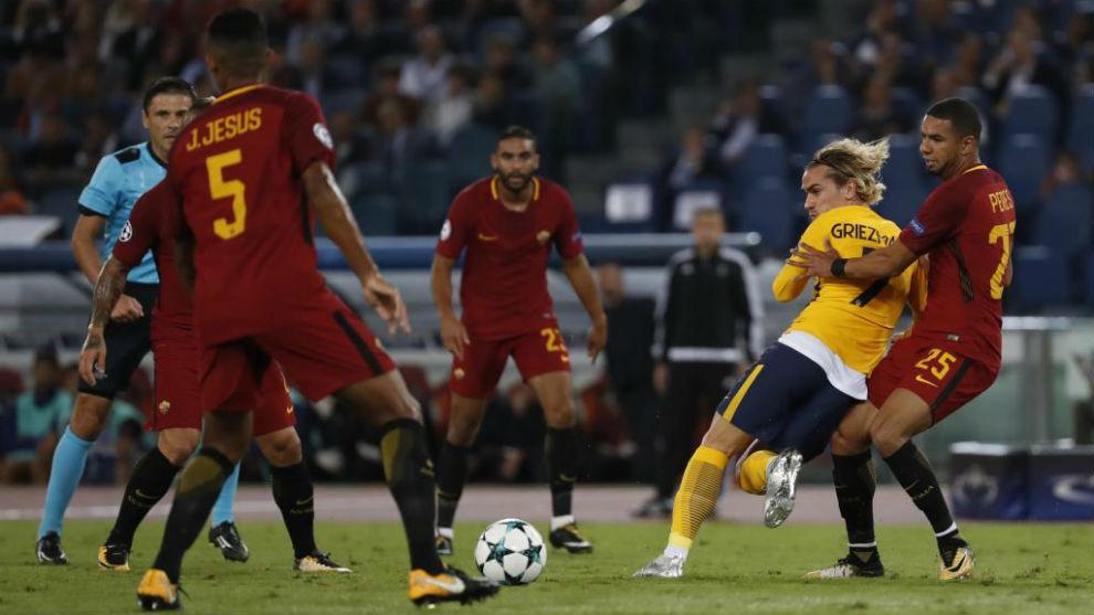 Griezmann, ante los jugadores de la Roma en el Olímpico.
