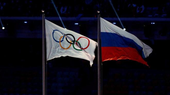La bandera olímpica junto a la bandera rusa