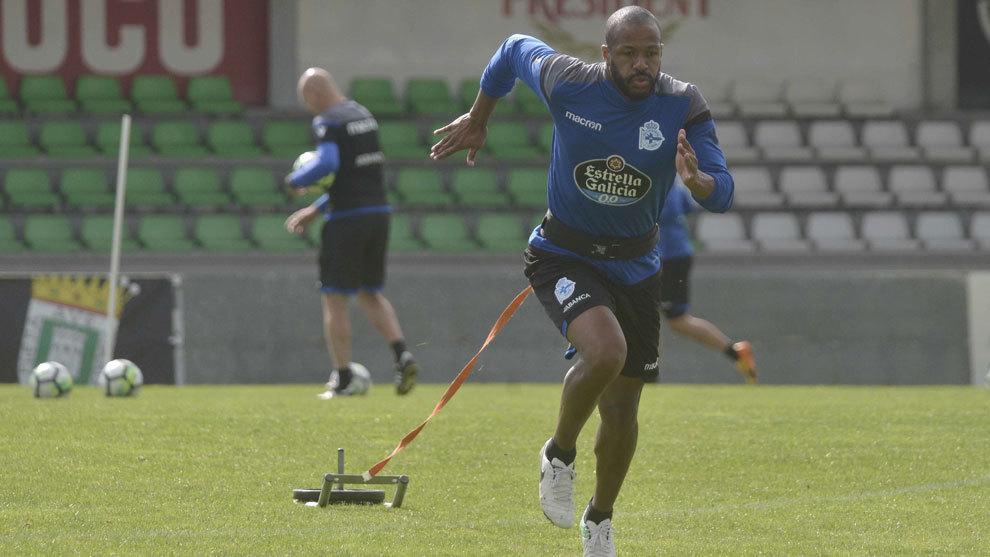 Sidnei en un entrenamiento del Deportivo.