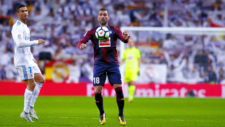Arbilla (30) controla un balón ante la mirada de Cristiano (32).