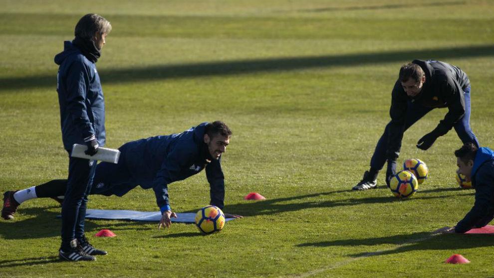 Natxo observa a Borja en el entrenamiento de ayer.