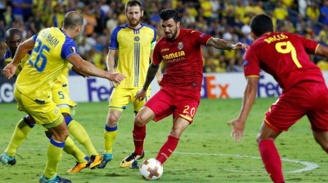 Soriano intenta avanzar ante el asedio de los defensas del Maccabi.