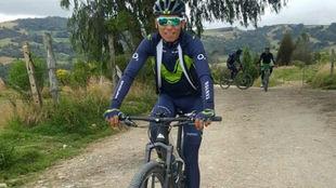 Nairo Quintana con la bici de montaña en su tierra boyacense.