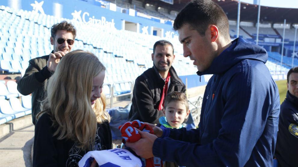 Zapater firma autógrafos a varios niños.