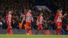 Los jugadores del Atlético tras el gol del Chelsea.