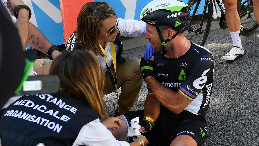 El inglés Mark Cavendish, atendido tras el accidente con Peter Sagan...